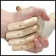 poignée de main avec une main en bois