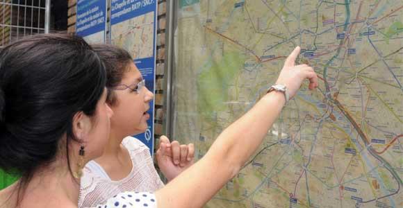 Deux jeunes filles regardant un plan du métro.