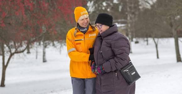 une postière finlandaise accompagnant une dame âgée